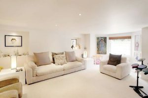 Tường màu trắng chọn sofa màu gì cho phù hợp