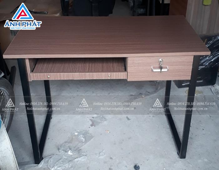 Lựa chọn mẫu bàn làm việc chân sắt giá rẻ phù hợp với không gian